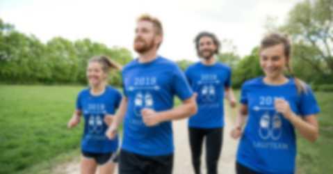 Eine Laufgruppe mit selbst gestalteten T-Shirts als Trainingsoutfit.