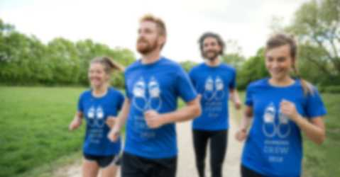 Juoksuryhmä, jonka treeniasuna ovat itse suunnitellut t-paidat.