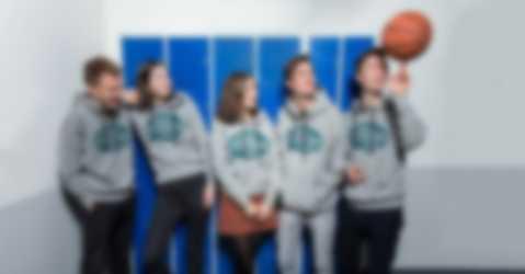 Nuoret juhlivat koulun päättäjäisiä ja pukeutuvat itse suunniteltuihin abi-t-paitoihin