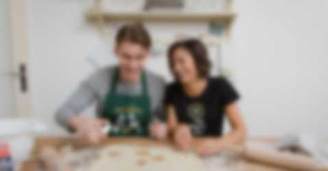 Mor og sønn baker kaker i egendesignet T-skjorte og forkle med individuelt motiv og tekst.