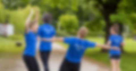 Gruppo sportivo che si allena con indosso magliette sportive personalizzate.