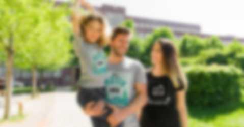 Familj med egendesignade T-shirts.