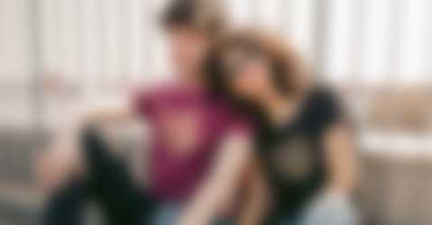 Lui e lei che indossano magliette fresche di stampa