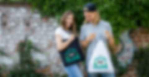 Un hombre y una mujer son felices con unas bolsas diseñadas por ellos mismos