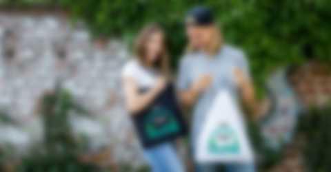 Mies ja nainen iloitsevat itse suunnitelluista laukuista