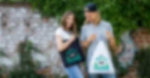 Man och kvinna gläder sig över egendesignade väskor