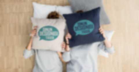 Kaksi naista peittää kasvonsa itse suunnitelluilla tyynynpäällisillä
