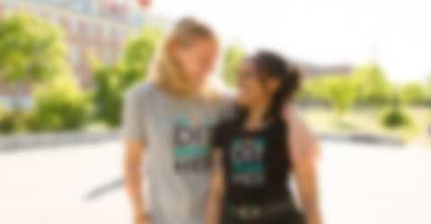 Mand og kvinde iført T-shirts med tryk