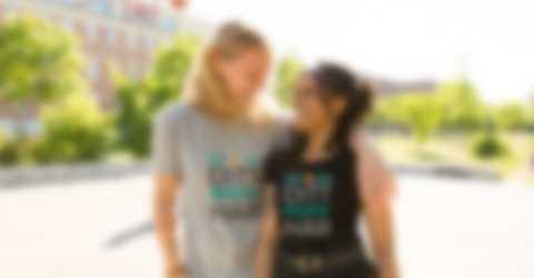 Man och kvinna bär T-shirts med tryck
