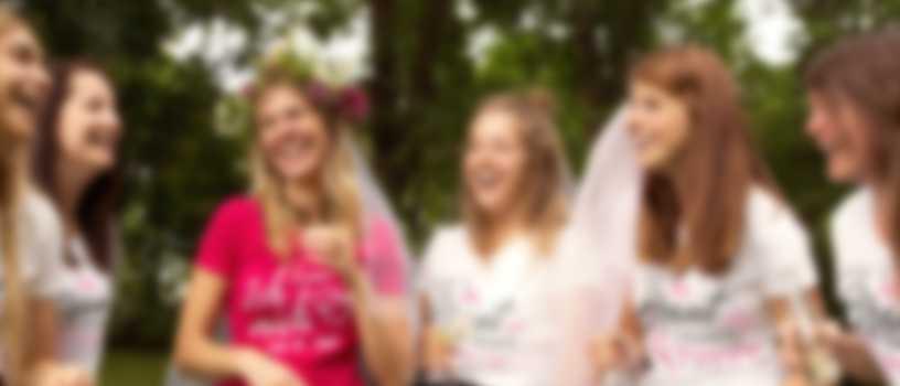 Freundinnen feiern Junggesellinnenabschied in selbst gestalteten T-Shirts