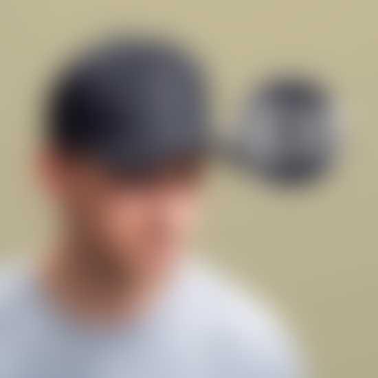 Mann trägt ein Cap mit personalisierbarem Logo