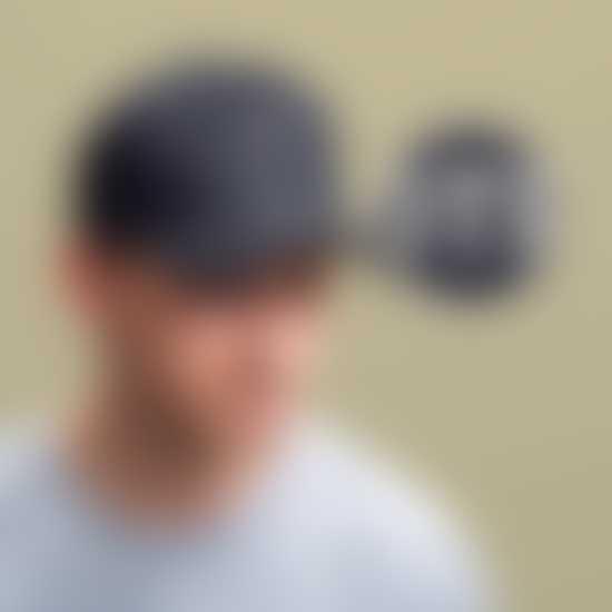 Un homme avec une casquette personnalisée avec son logo
