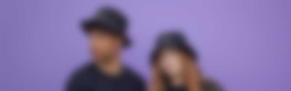 Mand og kvinde iført bøllehatte med tryk