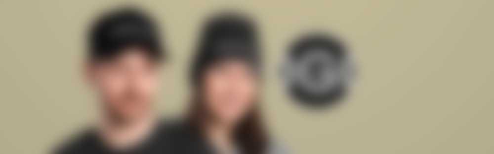 Kobieta w czapce i kobieta w czapce z wyhaftowanym tekstem