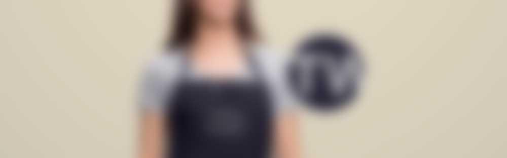Kobieta ma na sobie fartuch z indywidualnie wyhaftowanym tekstem