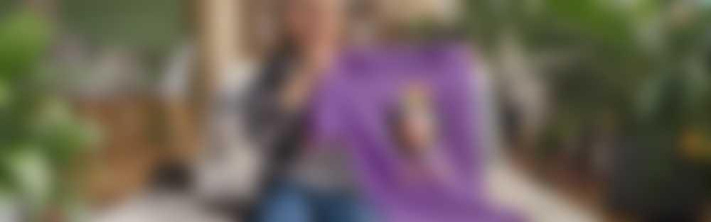 Ein Junge hält ein personalisiertes T-Shirt mit seinem Foto in die Kamera