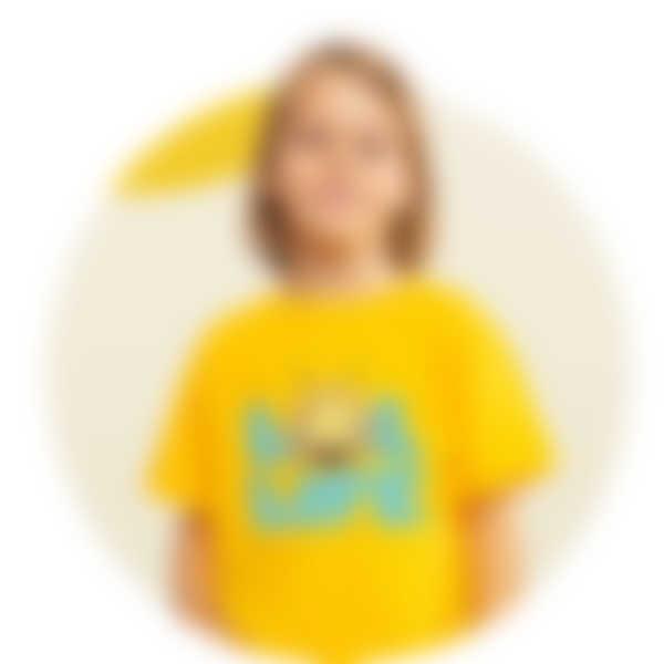 Junge trägt ein gelbes T-Shirt mit einem Die Biene Maja-Motiv