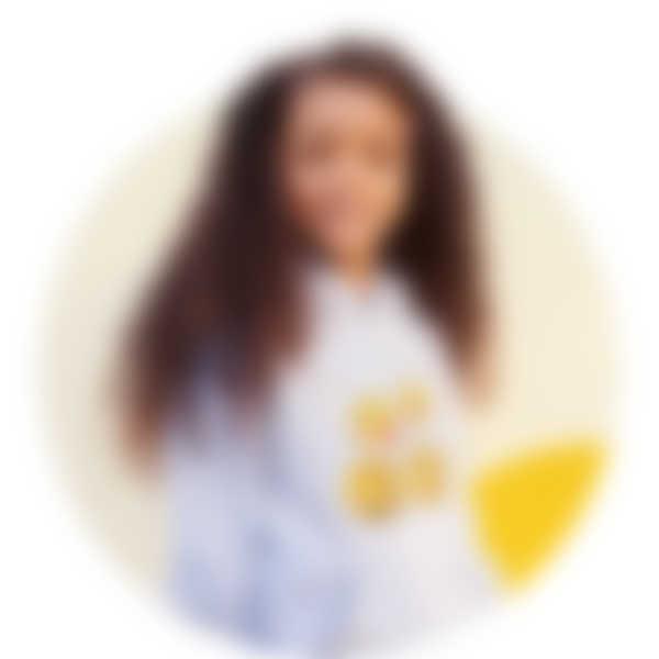 Mädchen trägt einen grauen Hoodie mit einem Biene Maja-Motiv