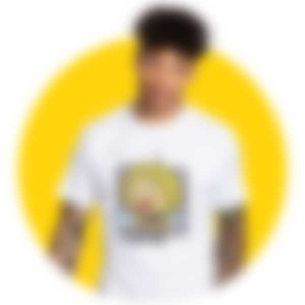 Mann trägt ein weißes T-Shirt mit einem Retro-Motiv der Biene Maja