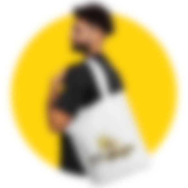 Mann trägt einen Beutel mit einem Retro-Motiv der Biene Maja