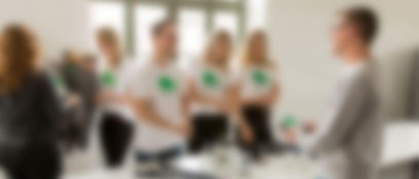 Werknemers dragen gepersonaliseerde T-shirts uit een groepsbestelling