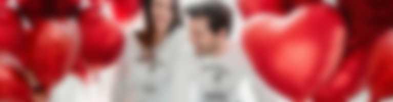 Paar trägt personalisierte Longsleeves mit Valentinstag Designs.
