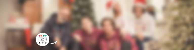 Familie feiert Weihnachten in bedruckten Hoodies