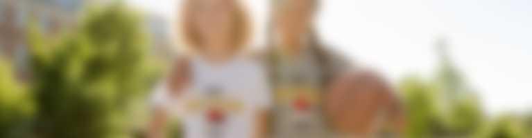 To børn til basketball poserer i T-shirts, de selv har designet