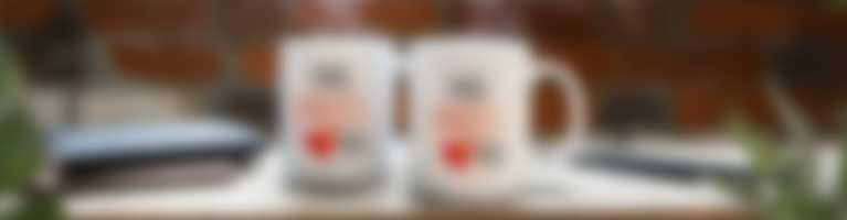 Au bureau, des mugs avec un design personnalisé