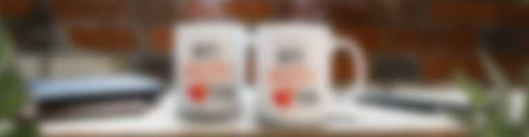 Kopper med personalisert motiv på arbeidsplassen