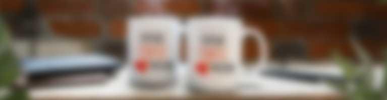 Kubki ze spersonalizowanym motywem stoją w miejscu pracy
