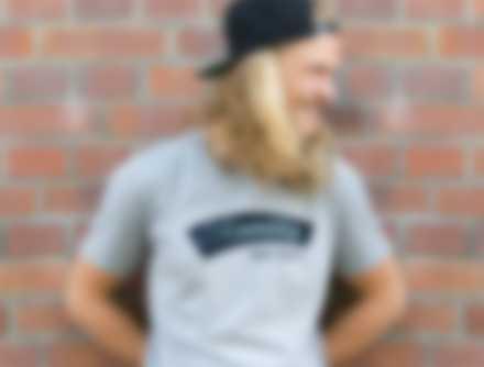 Mann trägt personalisiertes T-Shirt