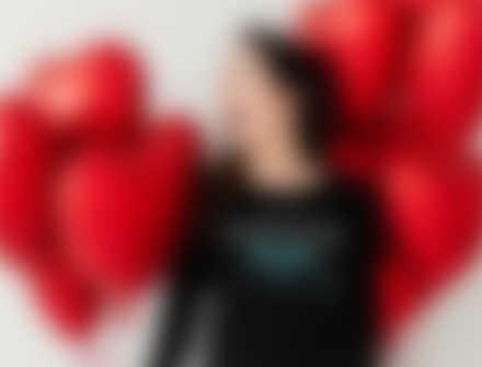Une femme dans un t-shirt à manches longues personnalisé avec un design pour la Saint-Valentin