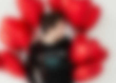 Mann trägt selbst gestaltetes Longsleeve mit Valentinstag Motiv.