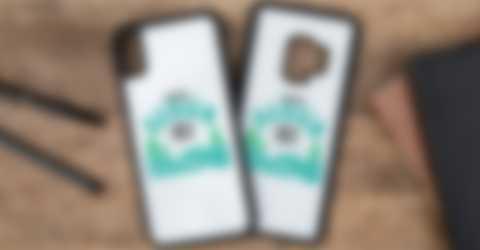 Coques de téléphone personnalisées posées sur un bureau