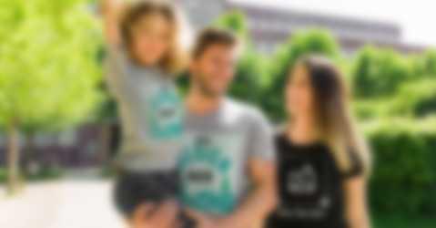 Eltern und Kind in selbst gestalten T-Shirts mit individuellem Design und Text.