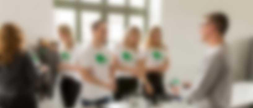 Des collaborateurs portant des t-shirts personnalisés à l\'image de l\'entreprise.