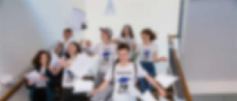 Elever feirer at skolegangen er overstått, og har på egendesignede T-skjorter