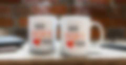 Tassen mit personalisiertem Design stehen auf dem Arbeitsplatz