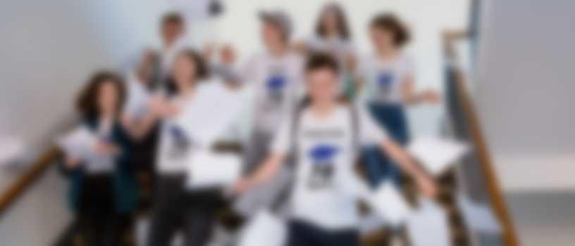 Elever feirer eksamen og har på egendesignede T-skjorter