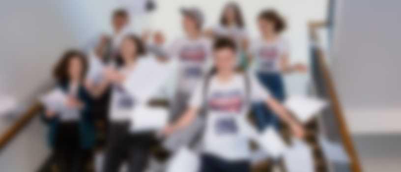 Bac en poche, les lycéens quittent l\'école avec leur t-shirts bac personnalisés.