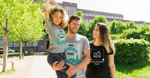 Hyväntuulisella pariskunnalla on itse suunnitellut ja painatetut t-paidat