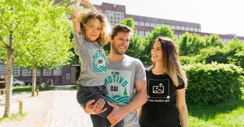 Una coppia felice che indossa magliette con stampe di loro creazione