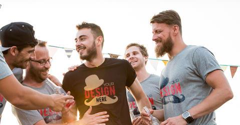 Venner bruker egendesignede T-skjorter med personalisert tekst på utdrikkingslag