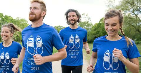 En gruppe løpere trener i personaliserte T-skjorter, som er utformet for hele teamet.