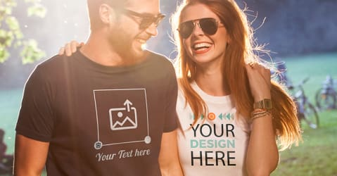 Par i perlehumør bruker egendesignede og selvtrykkede T-skjorter