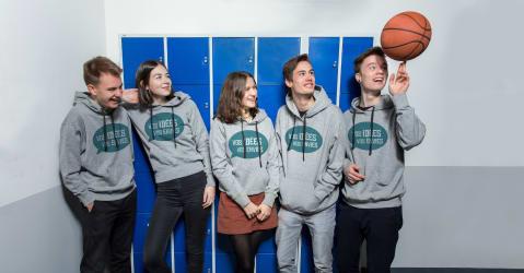 Des lycéens et lycéennes avec des sweats à capuches personnalisés pour le bac.