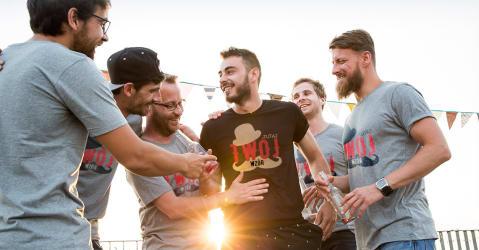 Przyjaciele mają na sobie samodzielnie zaprojektowane koszulki z własnym tekstem na wieczór kawalerski