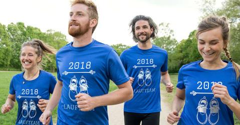 Eine Gruppe Läufer trainiert in personalisierten T-Shirts, die sich für das ganze Team gestalten lassen.