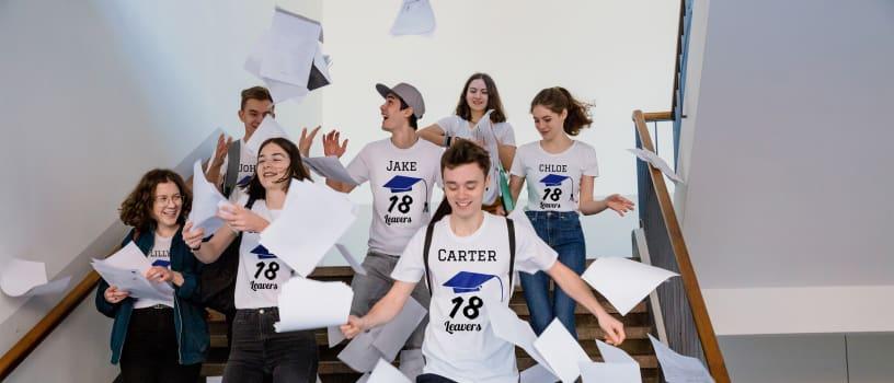 Studenti che festeggiano la fine dell'anno scolastico e indossano magliette personalizzate per il diploma